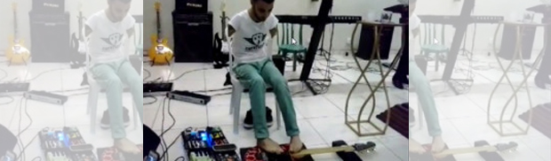 Tocar-la-guitarra-sin-brazos