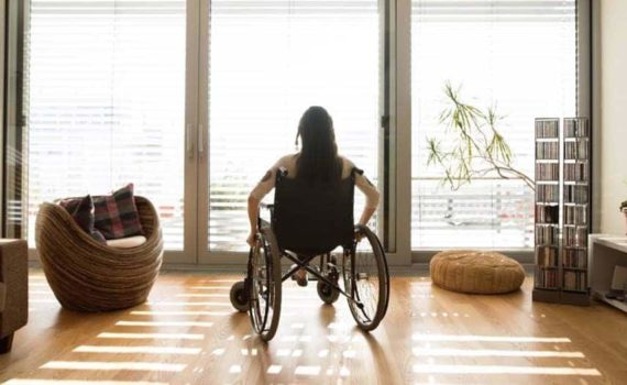 Mujer en silla de ruedas.