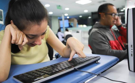 Tips para una comunicación accesible en medio del coronavirus Covid19. Chica con discapacidad escribiendo para un medio digital.Escribiendo a través de un medio digital